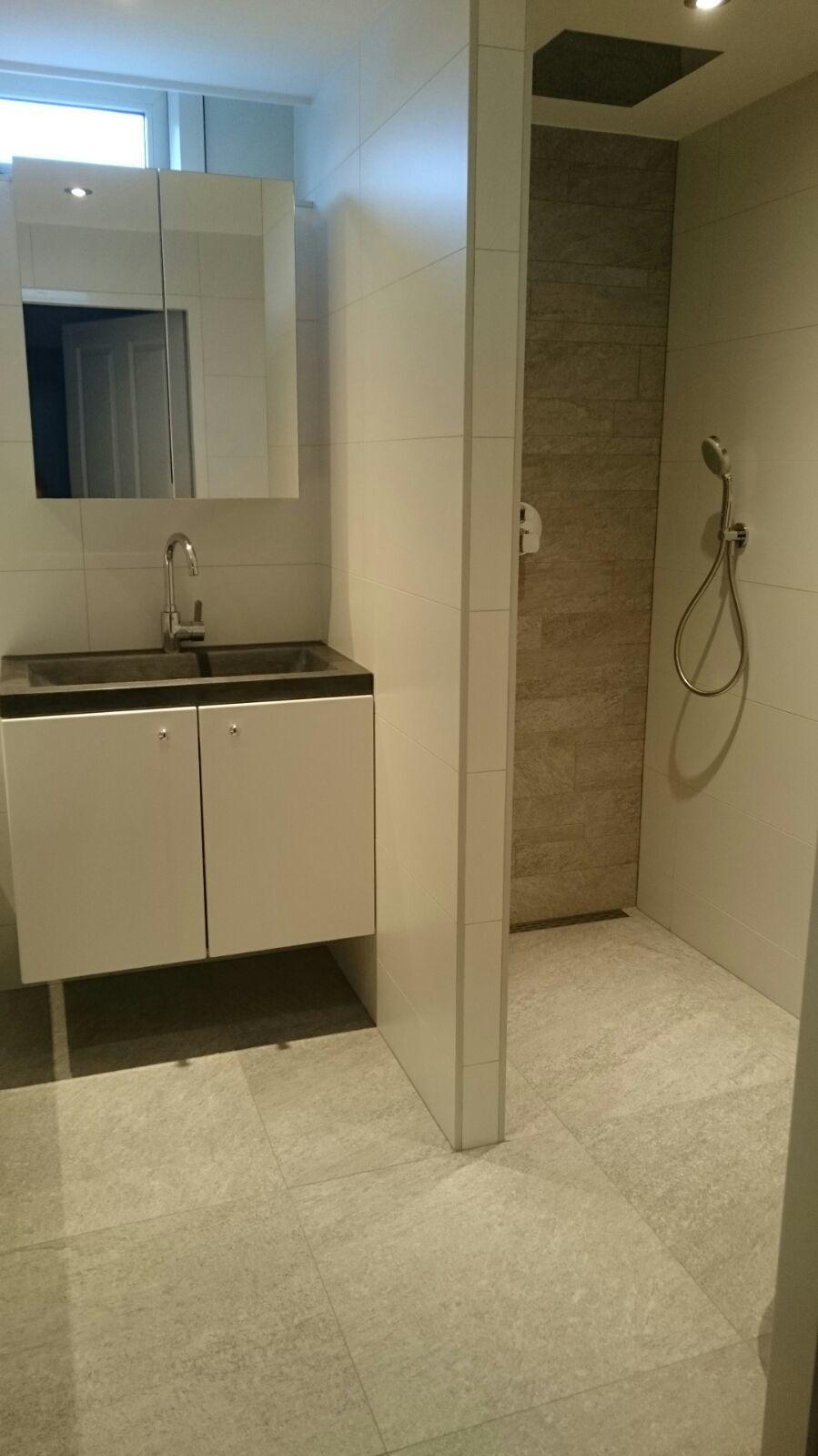 Badkamer met inloopdouche en hangend toilet. - Aannemersbedrijf Visser